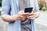 Jugendlicher mit Handy